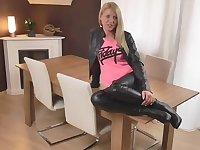 Deutsch Amateur in Leder gekleidet wird auf dem Tisch gefickt